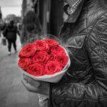 Ramo de rosas rojas con fondo blanco y negro